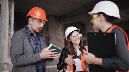 supervisora : The foreman and two women inspectors visiting the construction site. Archivo de Video