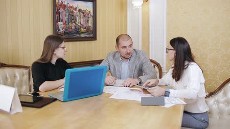 vázlat : The staff at a meeting in the chiefs office. Discussion of business issues in the chiefs office.