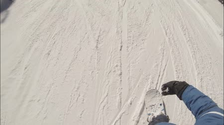 snowbord : Young man snowboarder slides down snow forest slope. Wideo