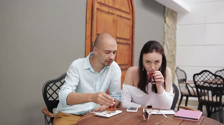 látszó el : man and woman drinking tea and talking in a cozy cafe Stock mozgókép