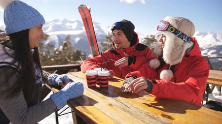 dojem : Smiling friends spending time together and drink after skiing in cafe at ski resort in mountains Dostupné videozáznamy