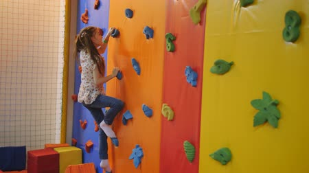 plazí : Girl 7 years old was crawling on the climbing wall trampoline center.