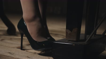 knopf : A woman plays piano in the concert hall. Close-up of feet in shoes heels pressing on the pedal. Videos
