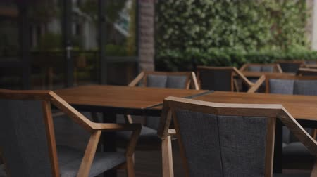 üres : Empty wooden chairs in a cafe outdoors Stock mozgókép