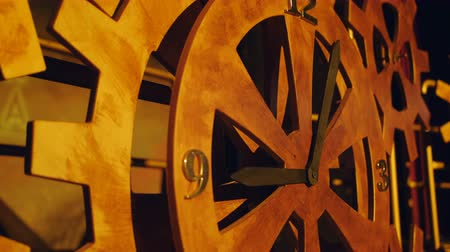 заводной : Huge wooden gears. Increased clock mechanism. A rotating gear. Стоковые видеозаписи