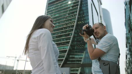 pensamento : Couple of tourists consider sightseeing downtown, admire the skyscrapers and the strength of the engineering and architectural thought. Stock Footage
