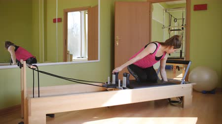 Therapeutic exercises for the recovery of injured joints and ligaments on the Pilates simulator. Stok Video