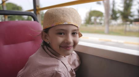 автобус : A little girl rides the bus. Стоковые видеозаписи