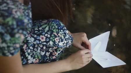 voluntário : the girl launches two paper ships