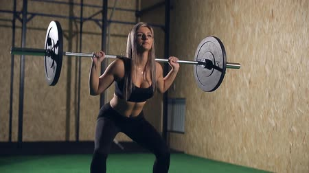 musculação : Muscular young fitness beautiful blonde girl lifting a weight crossfit in the gym. Fitness woman deadlift barbell. Crossfit woman. Crossfit style.