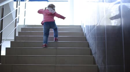 sorriso largo : little girl running up the stairs