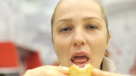 ekmekli : middle-aged Caucasian woman eating fried chicken in a fast food cafe. Stok Video