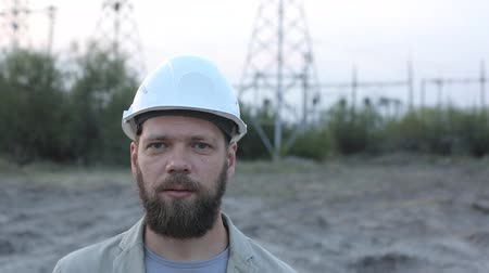 fitter : portrait of a bearded man in a white helmet.
