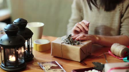 sorpresa : Giovane donna Wrapping regali di Natale con Brown Paper At Home