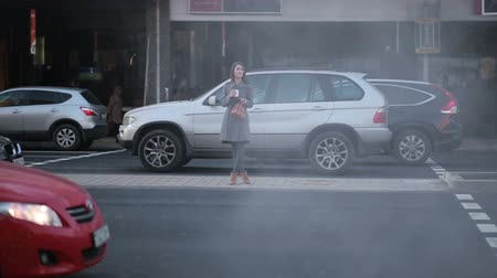 aguardando : Woman waiting at the street in the city, steadicam shot