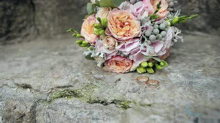 ortanca : Wedding rings and wedding bouquet on stone