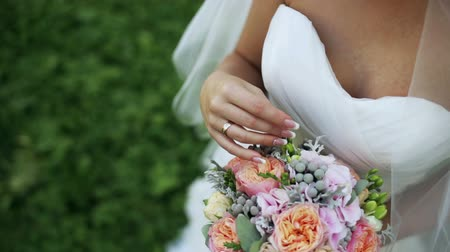 peônia : Bride holds a wedding bouquet in her hands at home