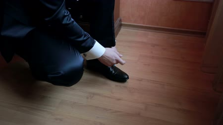 ношение : Man tying patent leather shoes in formal and festive dress Стоковые видеозаписи