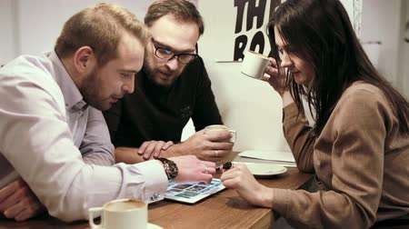 таблетка : Business meeting in cafe. team is using the digital tablet