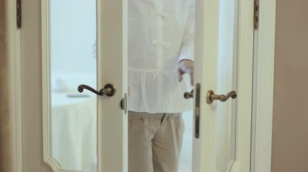 ayrılmak : Girl opens beautiful classic door, enters the room Stok Video