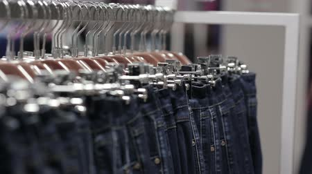roupas casuais : Middle-aged man chooses a jeans in store