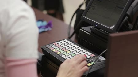 регистр : Cash register in the clothing store. Стоковые видеозаписи