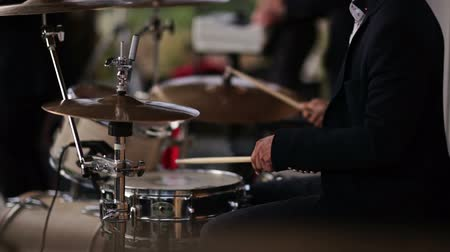 джаз : drummer playing an acoustic drum set
