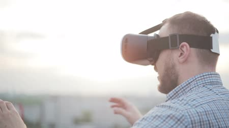 realidade : man uses a virtual reality glasses on the roof Vídeos