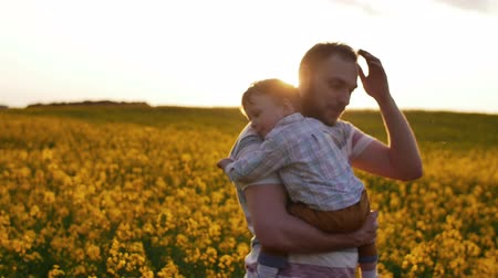 sarılmak : Father plays with son at field at sunset. Slow mo Stok Video