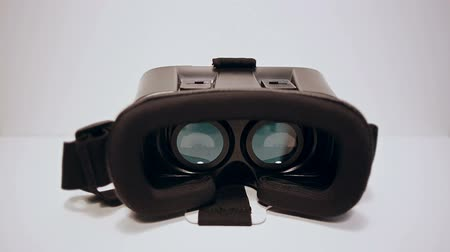 fejhallgató : Virtual reality glasses for the smartphone on the white background, smartphone is working,