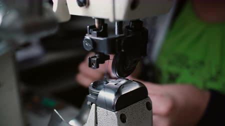 sapato : Close-up of sewing machine. Woman change s the thread and continue to working at the factory. 4K Vídeos