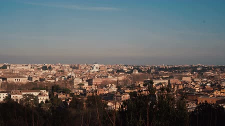 старомодный : Panoramic view of the historic centre of Rome, Italy. Camera moving right.