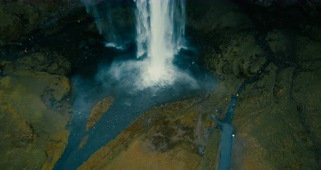fenda : Copter flying over the powerful waterfall Seljalandsfoss in Iceland. Beautiful view of the water falls down. Vídeos