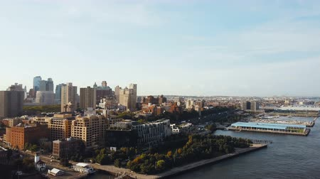 империя : Beautiful aerial landscape of the Brooklyn district in New York, America. Drone flying over the East river.
