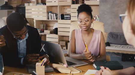afro americana : African American woman leader motivates employees. Female boss leads and gives instructions at business meeting 4K. Stock Footage