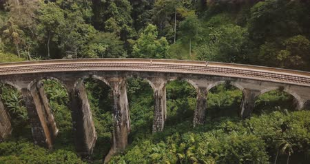 seylan : Drone flying left opening beautiful panoramic view of Nine Arch Bridge Ella in Sri Lanka, historic architecture landmark Stok Video