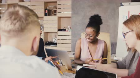 medezeggenschap : Multiethnic team tell jokes and laugh at meeting. Happy smiling creative millennial office employees generating ideas 4K Stockvideo