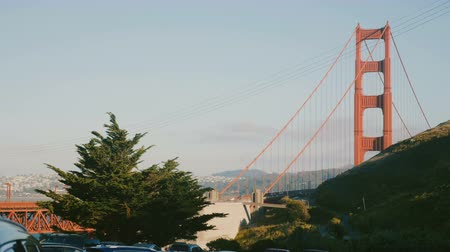 határkő : Beautiful view of sunny sunset Golden Gate Bridge at San Francisco, USA on a clear summer day from a car park.