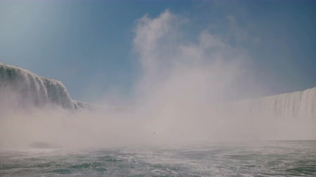 podkowa : Slow motion camera approaches large cloud of white water spray mist rising over epic Niagara Falls waterfall scenery. Wideo