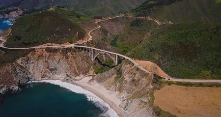 icônico : Drone zooming in on incredible Bixby Canyon Bridge and Highway 1 epic summer landscape panorama in Big Sur California. Vídeos