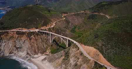 icônico : Amazing cinematic aerial shot of famous Bixby Canyon Bridge and Highway 1 sunny summer panorama in Big Sur California.