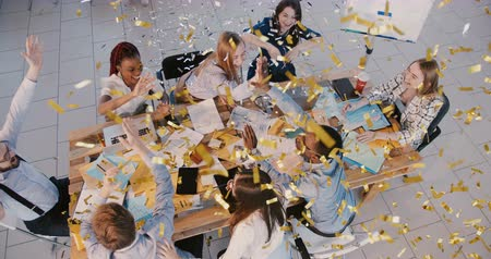 doorbraak : Top view confetti falling on happy office business people celebrating team work success together with young female boss.