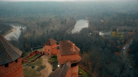 Латвия : Drone tilts down low over ancient Turaida castle and museum reserve in Sigulda, Latvia, a national tourism landmark. Стоковые видеозаписи
