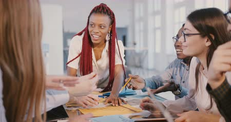 припадок безумия : Experienced young African American financial company leader woman works together with multiethnic employees at office. Стоковые видеозаписи