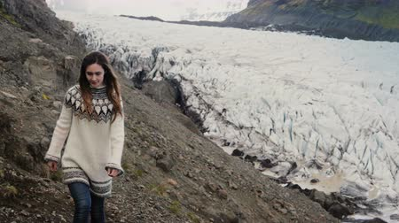 dojem : Young beautiful woman exploring the scenic places in Iceland. hiking in mountains near the Vatnajokull glaciers lagoon. Dostupné videozáznamy