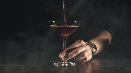 içme : Barman make a cocktail