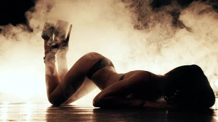 модель : Sexy woman in mask dance in smoke Стоковые видеозаписи