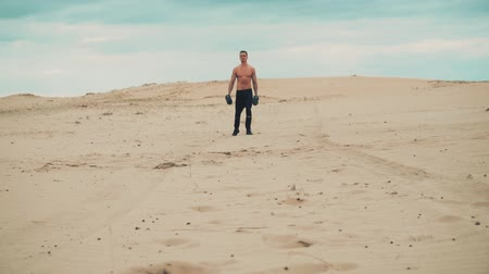 штанга : Man is training in desert