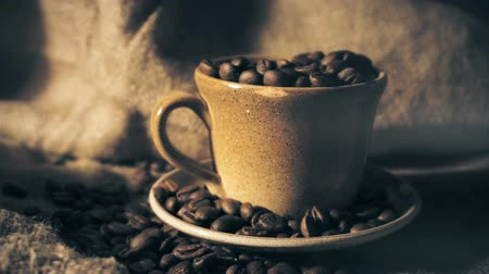 aromatique : Coffee cup and coffee beans Vidéos Libres De Droits