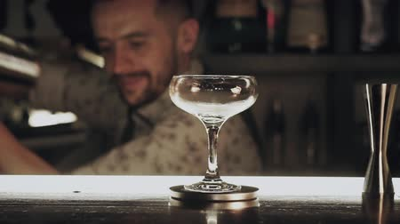 romênia : Barman make a cocktail
